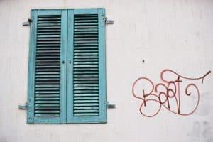 Nettoyage graffitis sur mur